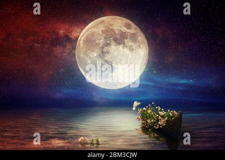 Fantasy Sternennacht Meer nach Sonnenuntergang, Boot voller Blumen, Taubenflug, blau rot bewölkten Himmel auf Wasserwelle Reflexion am Horizont Skyline Natur lan - Stockfoto