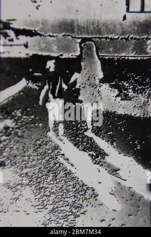 Feine 70er Jahre Vintage schwarz-weiß extreme Fotografie von zwei Mädchen, die weg von der Kamera. - Stockfoto