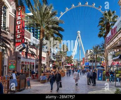 Geschäfte, Bars und Restaurants auf der Linq Promenade mit Blick auf das High Roller Riesenrad, Las Vegas Strip, Las Vegas, Nevada, USA - Stockfoto