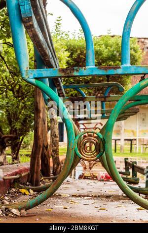 Verlassene Bänke in Yucatan Mexiko haben keine Sitze mehr, regnerischer Nachmittag. Diese alten quadratischen Bänke sehen nostalgisch nach dem Regen aus, sie sind rostig. - Stockfoto