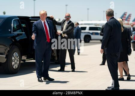 US-Präsident Donald Trump gibt auf seiner Reise vom Phoenix Sky Harbor International Airport zum Honeywell International May 5, 2020 in Phoenix, Arizona, den Daumen hoch. - Stockfoto