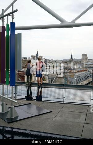 Die Dachterrasse mit Blick auf die Stadt Paris und Notre-Dame Kathedrale in der Ferne mit Besuchern von der Terrasse des Centre Pompidou.Paris.Frankreich - Stockfoto