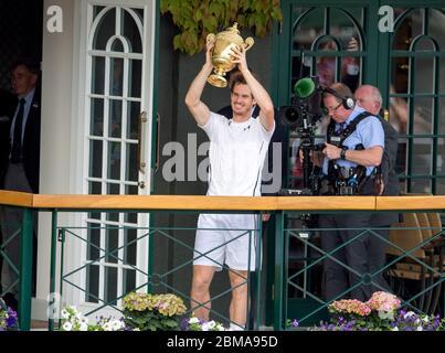 10. Juli 2016, Wimbledon, London. Andy Murray hält die Wimbledon Herren Einzel Trophäe für die Zuschauer auf dem Balkon des Center Court. - Stockfoto