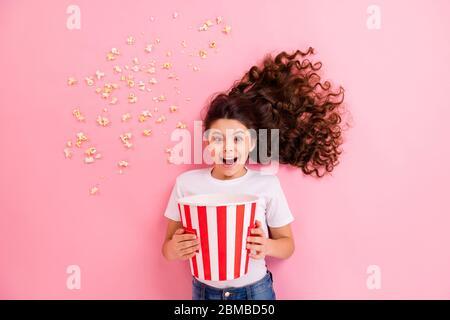 Draufsicht über hohen Winkel flach legen flat liegen Konzept Porträt von ihr sie schön lustig lustig fröhlich wellig-haarige Mädchen essen Mais mit Spaß beobachten - Stockfoto