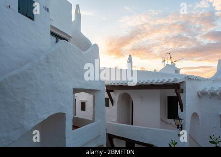 Sonnenuntergang Blick auf traditionelle weiße Gebäude im Dorf Binibeca Vell, Menorca - Stockfoto