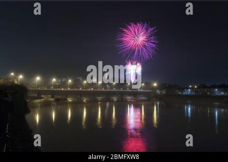 Guy Fawkes Night / Bonfire Night Feuerwerk in Lancaster spiegelt sich im Fluss Lune - Stockfoto