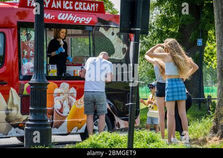 """London, Großbritannien. Mai 2020. Der Mr Whippy Eiswagen kommt sehr beliebt zurück. Clapham Common ist nicht so beschäftigt, obwohl die Sonne draußen ist und dass jetzt Leute, wenn auch nur kurz, auf den Bänken sitzen dürfen. Die """"Lockdown"""" geht weiter für den Ausbruch des Coronavirus (Covid 19) in London. Kredit: Guy Bell/Alamy Live News - Stockfoto"""