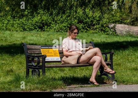 """London, Großbritannien. Mai 2020. Einige Leute ignorieren den """"kurzen"""" Teil der lockern Anleitung zur Benutzung der Bänke - Clapham Common ist nicht so beschäftigt, obwohl die Sonne draußen ist und dass jetzt Menschen, wenn auch nur kurz, auf den Bänken sitzen dürfen. Die """"Lockdown"""" geht weiter für den Ausbruch des Coronavirus (Covid 19) in London. Kredit: Guy Bell/Alamy Live News - Stockfoto"""