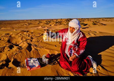 Marokko, Tafilalet Region, Merzouga Wüste, erg Chebbi Dünen, Tee in der Wüste zu machen - Stockfoto