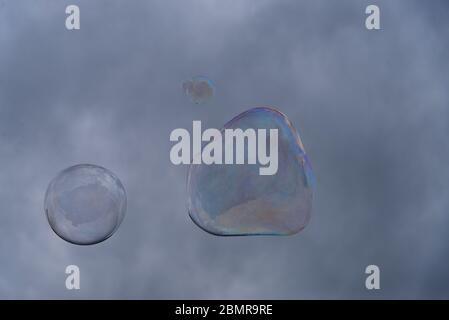 Große Seifenblasen vor dem Hintergrund des bewölkten Himmels. Stockfoto