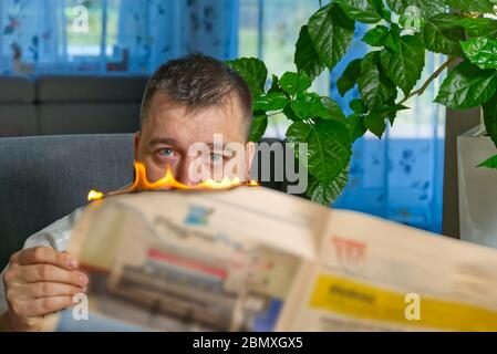 Geschäftsmann liest heiße Nachrichten oder liest Aktiennachrichten Aktienkurse. Burning Magazin in den Händen des Menschen - heiße und Breaking News Konzept. - Stockfoto