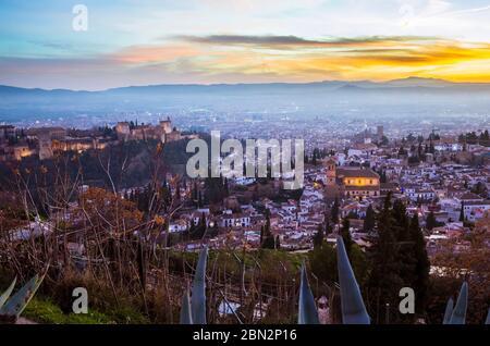Granada, Spanien - 17. Januar 2020: Alhambra-Palast und Unesco-Liste der Albaicin-Viertel bei Sonnenuntergang vom Aussichtspunkt San Miguel Alto aus gesehen. - Stockfoto