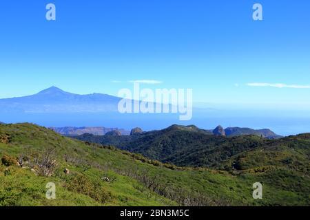 Blick auf den Nationalpark Garajonay auf La Gomera. Im Hintergrund die Insel Tenera mit dem Vulkan Pico de Teide - Stockfoto