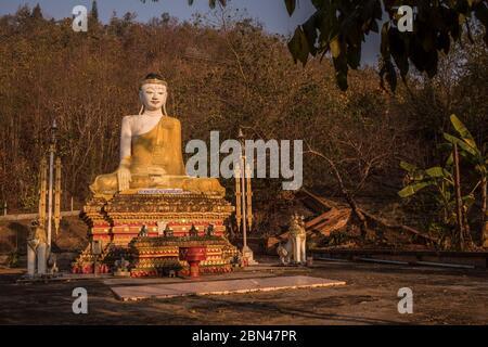 Buddha-Statue im Wat Phra Non Tempel in Mae Hong Son, Thailand.