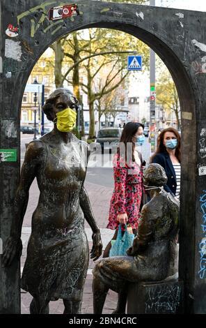 DEUTSCHLAND, Hamburg, Ottensen, Corona Virus, COVID-19 , Ottenser Torbogen, zwei Frauenskulpturen der Künstlerin Doris Waschk-Balz , jemand hat eine Schutzmaske zum Schutz vor Covid-19 gelegt - Stockfoto