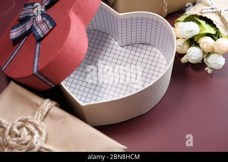 Öffnen Sie leere herzförmige Geschenkbox auf rosa Hintergrund - Stockfoto