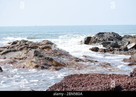 Meereswellen schlagen die Felsen.Anjuna Strand, Goa, Indien. - Stockfoto