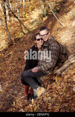Glückliches Paar im Herbstwald. - Stockfoto