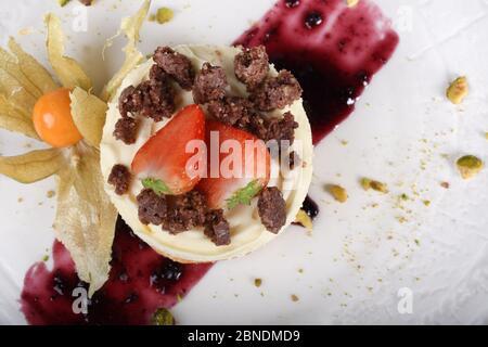 Limoncello Mousse mit Kakaomandel Kekse bröckeln. Traditionelles italienisches Gebäck Dessert mit Vanillecreme Mousse Panna Citta, ein Stück Kuchen auf einem - Stockfoto