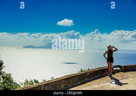Frau, die die faszinierende Aussicht auf die Saba-Insel, die Niederländischen Antillen, Westindien, die Karibik und Mittelamerika genießen kann - Stockfoto