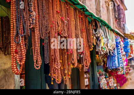 Rudraksha Mala Gebetsperlen Shop in Kathmandu Nepal.Aufhängen von Rudraksha Perlen auf dem Markt.Selective Focus Stockfoto