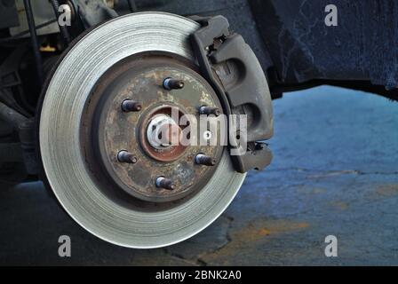 Zerstörte Scheibenbremse Rotor auf einem Fahrzeug gesehen - Stockfoto