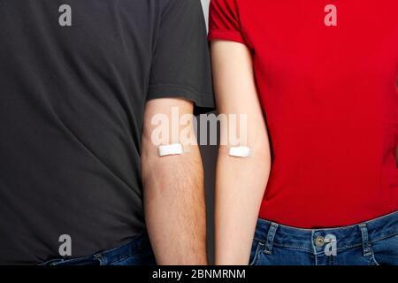 Blutspenderin. Mann in grau und Frau in rot T-Shirt mit ...