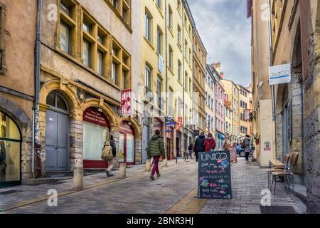 Fußgängerzone Montée de la Grande Cote im Herbst im Stadtteil Croix-Rousse in Lyon. UNESCO-Weltkulturerbe seit 1998. Ehemalige Hochburg der industriellen Seidenweberei. - Stockfoto