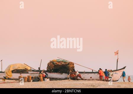 Arossim, Goa, Indien - 21. Februar 2020: Fischer Ziehen Boot An Land Am Ende Des Arbeitstages Zur Sonnenuntergangszeit - Stockfoto
