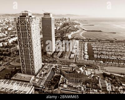 Zwillingstürme Mapfre Turm und Hotel Arts und Hafen Luftaufnahme Barcelona Katalonien Spanien. Die beiden Türme an der Skyline von Barcelona sind der Torre Ma Stockfoto