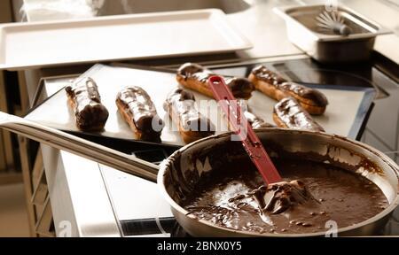 In der professionellen Küche Schokolade in Topf eclair - Stockfoto