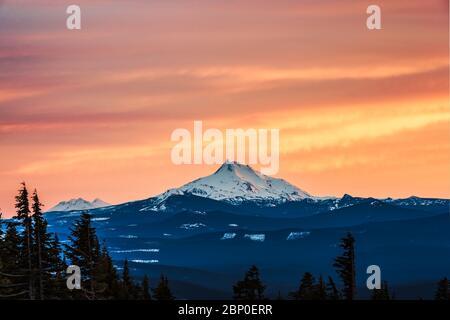 Panoramalicht auf den Mt Jefferson bei Sonnenuntergang im Winter, Oregon, usa.