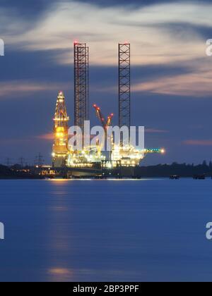 Sheerness, Kent, Großbritannien. Mai 2020. Borr Drilling's Bohrgerät Prospector 1 wird wegen fehlender Arbeiten im Hafen von Sheerness in Kent für 6 Monate gelagert. Bild: Heute Abend beleuchtet in der Dämmerung. Quelle: James Bell/Alamy Live News - Stockfoto