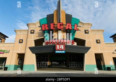 Ein Logo-Schild vor einem Regal Cinemas Kino Ort in Richmond, Virginia am 13. Mai 2020. - Stockfoto