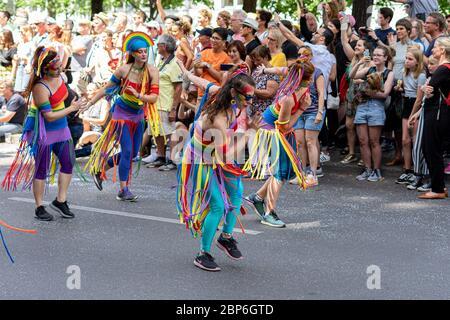 BERLIN - 09. JUNI 2019: Der jährliche Karneval der Kulturen wird um das Pfingstwochenende gefeiert. Teilnehmer Karneval auf der Straße. - Stockfoto