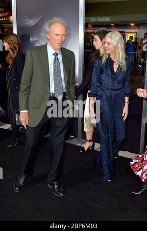 "Westwood, USA. Dezember 2018. Clint Eastwood mit Freundin Christina Sandera bei der Weltpremiere des Films ""The Mule"" im Regency Village Theatre. Westwood, 12/10/2018 Quelle: dpa/Alamy Live News"