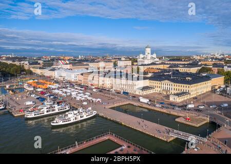 Im Sommer können Sie die Skyline von Helsinki mit dem Markt, der Kathedrale und dem Präsidentenpalast aus der Luft betrachten. Finnland - Stockfoto