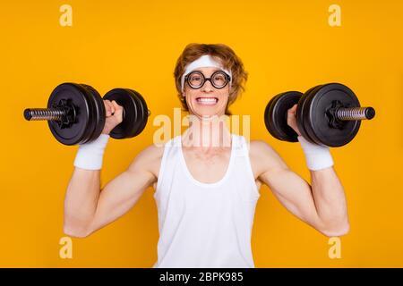Close-up Porträt von seinem er schön attraktiv funky fröhlich fröhlich motivierten Kerl Sportler Hantelhebung Hantel tun gute Arbeit isoliert über hell - Stockfoto