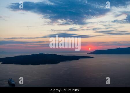 Meer des Sonnenuntergangs, die rote Sonne untergeht über den Inseln - Stockfoto