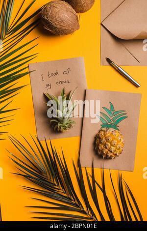 Kreative tropische Grußkarten mit Ananas und seiner Krone mit Note Ich nahm meine Krone ab