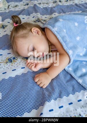 Oben Blick auf kleine Mädchen im Bett. - Stockfoto