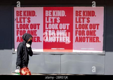 """Shawlands, Glasgow, Schottland, Großbritannien. 20. Mai 2020. Eine junge Frau geht durch ein """"sei freundlich. Schauen wir uns nach dem Schild des anderen in Shawlands, Glasgow, Schottland Quelle: Kay Roxby/Alamy Live News - Stockfoto"""