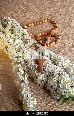 Silhouette von Menschen beten zu Gott halten, ein Kruzifix Symbol Stockfoto