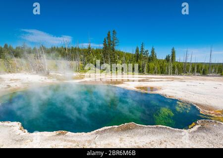 Blue Geyser Pool am Yellowstone Lake im Yellowstone Nationalpark, Wyoming.us A. - Stockfoto