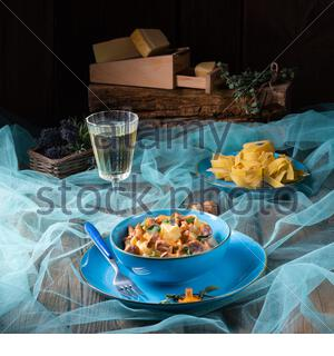 Pappardelle mit Käsesoße und frischen Pfifferlingen - Stockfoto