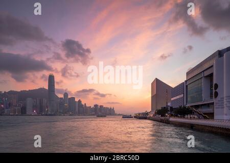 Hong Kong Island Skyline und Museum of Art bei Sonnenuntergang, Hong Kong