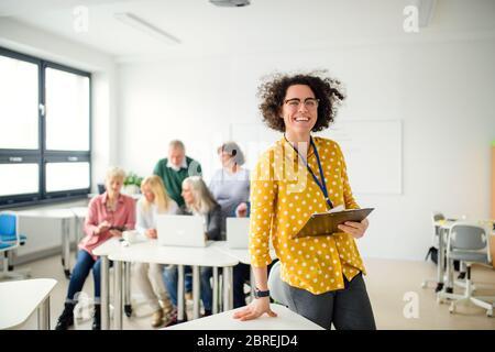 Porträt des Lehrers mit Senioren, die Computer und Technologie-Bildung Klasse. - Stockfoto