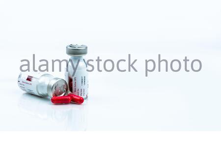 Rifampicin Kapsel zur Behandlung von Tuberkulose und Lepra. Antibiotikaresistenz der Tuberkulose (TB). Antituberculosis Droge. Roten Pillen produzieren reddis - Stockfoto
