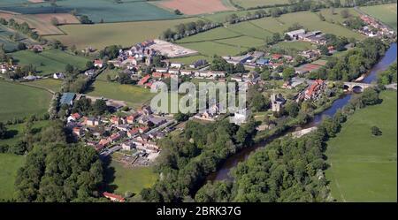 Luftaufnahme von West Tanfield aus dem Westen, einem Dorf nördlich von Ripon, North Yorkshire - Stockfoto