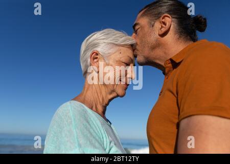 Ältere kaukasische Paar genießen Zeit am Strand Stockfoto